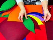 Ανθρώπινα χέρια που κάνουν applique τα πέταλα χρωματισμένος αισθητός Στοκ εικόνες με δικαίωμα ελεύθερης χρήσης