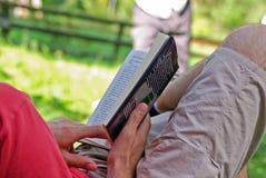 Ανθρώπινα χέρια που κρατούν ένα βιβλίο Στοκ εικόνες με δικαίωμα ελεύθερης χρήσης