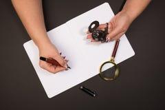 Ανθρώπινα χέρια που κρατούν ένα pocketwatch Στοκ Φωτογραφία