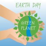 Ανθρώπινα χέρια που κρατούν τη γη, εκτός από τη γήινη έννοια Στοκ Εικόνα