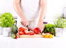 Ανθρώπινα χέρια που προετοιμάζουν τα λαχανικά στην κουζίνα Στοκ φωτογραφίες με δικαίωμα ελεύθερης χρήσης