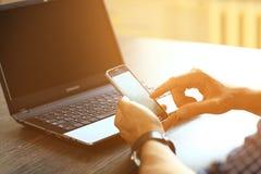 Ανθρώπινα χέρια που χρησιμοποιούν το έξυπνο τηλέφωνο στο εσωτερικό Στοκ Εικόνα
