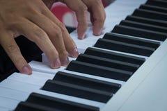 Ανθρώπινα χέρια στο πληκτρολόγιο του πιάνου στοκ φωτογραφία με δικαίωμα ελεύθερης χρήσης