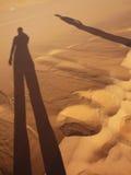 Ανθρώπινες σκιές στην έρημο σε Merzouga στοκ εικόνες