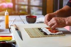 Ανθρώπινες φέτες αγγουριών αφής χεριών Στοκ φωτογραφία με δικαίωμα ελεύθερης χρήσης