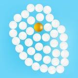 Ανθρώπινη καρδιά με τα χάπια που απομονώνονται σε μια ρεαλιστική διανυσματική απεικόνιση υποβάθρου Ελεύθερη απεικόνιση δικαιώματος