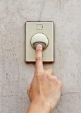 Ανθρώπινη πίεση χεριών ένα doorbell στοκ εικόνες