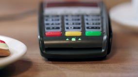 Ανθρώπινη πιστωτική κάρτα ισχυρών κτυπημάτων χεριών pos στο τερματικό Λεπτομέρεια της τελικής πληρωμής καρτών απόθεμα βίντεο