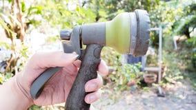 Ανθρώπινη χεριών μηχανή δέντρων ντους λαβής μίνι με το υπόβαθρο φύσης Στοκ Φωτογραφίες