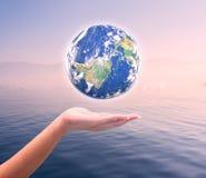 Ανθρώπινος γήινος πλανήτης εκμετάλλευσης χεριών Τα στοιχεία αυτής της εικόνας είναι furn Στοκ Φωτογραφία