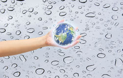 Ανθρώπινος γήινος πλανήτης εκμετάλλευσης χεριών Τα στοιχεία αυτής της εικόνας είναι furn Στοκ Φωτογραφίες