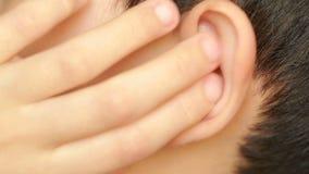 Ανθρώπινος στενός επάνω αυτιών παιδιών earache, otitis Το παιδί αγγίζει ένα επώδυνο αυτί απόθεμα βίντεο