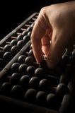 Ανθρώπινος υπολογισμός χεριών με τον άβακα στοκ φωτογραφίες