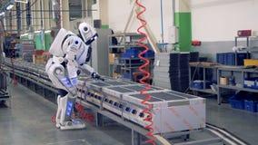 Ανθρώπινος-όπως το ρομπότ παίρνει αναμμένος και επιτρεμμένος να αρχίσει με τρυπάνι από έναν βιομηχανικό εργάτη απόθεμα βίντεο