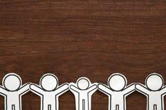 Ανθρώπινο διάνυσμα απεικόνισης περικοπών εγγράφου στο καφετί ξύλο Έννοια ομαδικής εργασίας η έννοια παρήγαγε ψηφιακά γεια το δίκτ Στοκ φωτογραφίες με δικαίωμα ελεύθερης χρήσης
