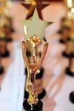 Ανθρώπινο εκμετάλλευσης τρόπαιο βραβείων αστεριών χρυσό Στοκ φωτογραφία με δικαίωμα ελεύθερης χρήσης
