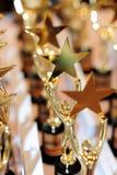 Ανθρώπινο εκμετάλλευσης τρόπαιο βραβείων αστεριών χρυσό Στοκ Εικόνα