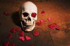 Ανθρώπινο κρανίο με την κόκκινη καρδιά Έννοια για την ημέρα βαλεντίνων ` s Στοκ φωτογραφίες με δικαίωμα ελεύθερης χρήσης