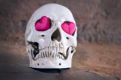 Ανθρώπινο κρανίο με την κόκκινη καρδιά Έννοια για την ημέρα βαλεντίνων ` s Στοκ Φωτογραφίες
