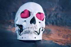 Ανθρώπινο κρανίο με την κόκκινη καρδιά Έννοια για την ημέρα βαλεντίνων ` s Στοκ εικόνα με δικαίωμα ελεύθερης χρήσης
