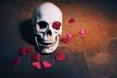 Ανθρώπινο κρανίο με την κόκκινη καρδιά Έννοια για την ημέρα βαλεντίνων ` s Στοκ Εικόνες