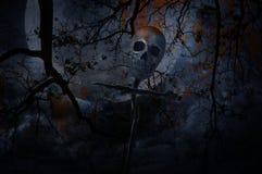 Ανθρώπινο κρανίο στον ξύλινο σταυρό πέρα από το νεκρά δέντρο και το φεγγάρι Στοκ Εικόνες