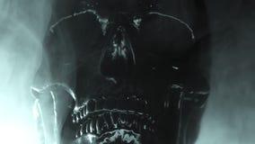 Ανθρώπινο μαύρο κρανίο στο σκοτεινό υπόβαθρο καπνού Έννοια του φόβου, του θανάτου και της φρίκης, εορτασμός αποκριών Απόκοσμος κα φιλμ μικρού μήκους