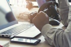 Ανθρώπινο σημειωματάριο χεριών και υπολογιστών, εκλεκτής ποιότητας τόνος Στοκ Φωτογραφία