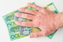 Ανθρώπινο χέρι στο αυστραλιανό δολάριο Στοκ Φωτογραφία