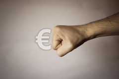 Ανθρώπινο χέρι στο εκλεκτής ποιότητας υπόβαθρο για να εκφράσει τη δύναμη Στοκ Εικόνα