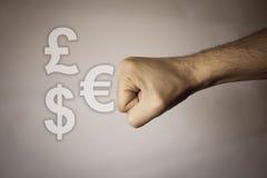 Ανθρώπινο χέρι στο εκλεκτής ποιότητας υπόβαθρο για να εκφράσει τη δύναμη Στοκ φωτογραφίες με δικαίωμα ελεύθερης χρήσης