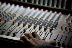 ανθρώπινο mixingdesk χεριών Στοκ Φωτογραφίες