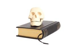 Ανθρώπινο Scull στο βιβλίο Στοκ εικόνες με δικαίωμα ελεύθερης χρήσης