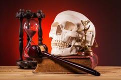 Ανθρώπινο scull, gavel, κλίμακες της δικαιοσύνης και του παλαιού βιβλίου Στοκ Εικόνες