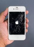 Ανθρώπινο smartphone iPhone της Apple χεριών σπασμένο εκμετάλλευση Στοκ φωτογραφία με δικαίωμα ελεύθερης χρήσης