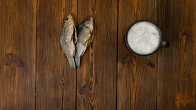 Ανθυγειινές διατροφές ή επιβλαβή τρόφιμα με την μπύρα και τα αποξηραμένα ψάρια φιλμ μικρού μήκους
