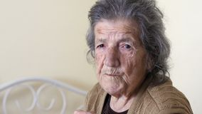 ανθυγειινή κατανάλωση ηλικιωμένων γυναικών, που φαίνεται κάμερα στο σπίτι απόθεμα βίντεο