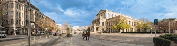 ΑΝΝΟΒΕΡΟ, ΓΕΡΜΑΝΙΑ - 23 ΝΟΕΜΒΡΊΟΥ 2017: Τα μη αναγνωρισμένα pedestrants διασχίζουν τη θέση ganrd μπροστά από τη Όπερα Στοκ Εικόνες