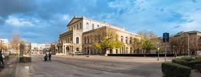 ΑΝΝΟΒΕΡΟ, ΓΕΡΜΑΝΙΑ - 23 ΝΟΕΜΒΡΊΟΥ 2017: Τα μη αναγνωρισμένα pedestrants διασχίζουν τη θέση ganrd μπροστά από τη Όπερα Στοκ φωτογραφία με δικαίωμα ελεύθερης χρήσης