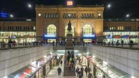 Αννόβερο, Γερμανία - 10 Ιανουαρίου 2018: Κύριοι σταθμός τρένου και επιβάτες του Αννόβερου Hauptbahnhof Αννόβερο στο χειμερινό βρά φιλμ μικρού μήκους