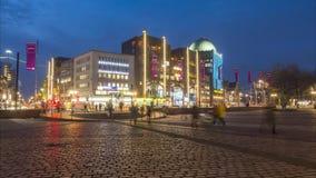 Αννόβερο, Γερμανία - 11 Ιανουαρίου 2018: Τετράγωνο και anzeiger-Hochhaus Steintor στο Αννόβερο στο χειμερινό βράδυ Χρονικό σφάλμα απόθεμα βίντεο