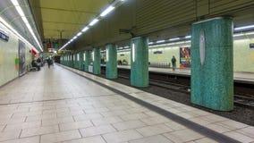Αννόβερο, Γερμανία - 10 Ιανουαρίου 2018: U-Bahn σταθμός Kroepcke στο Αννόβερο στο βράδυ Χρονικό σφάλμα απόθεμα βίντεο