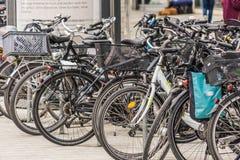 Αννόβερο, χαμηλότερη Σαξωνία, Γερμανία, στις 19 Μαΐου 2018: Μεγάλος αριθμός ποδηλάτων που σταθμεύουν στη για τους πεζούς ζώνη Στοκ εικόνα με δικαίωμα ελεύθερης χρήσης