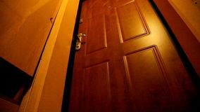Ανοίγει την πόρτα