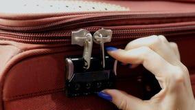 Ανοίγει τη βαλίτσα Κώδικας Podbirat στην κλειδαριά απόθεμα βίντεο