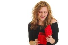 ανοίγοντας γυναίκα δώρων στοκ εικόνα με δικαίωμα ελεύθερης χρήσης