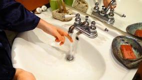 Ανοίγοντας και κλείνοντας βρύση κοριτσιών φιλμ μικρού μήκους
