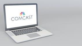 Ανοίγοντας και κλείνοντας lap-top με το λογότυπο Comcast 4K εκδοτική ζωτικότητα ελεύθερη απεικόνιση δικαιώματος