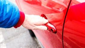 Ανοίγοντας μπροστινή πόρτα αυτοκινήτων ` s Στοκ φωτογραφία με δικαίωμα ελεύθερης χρήσης