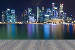 Ανοίγοντας ξύλινο πάτωμα, φω'τα θαμπάδων πόλεων της Σιγκαπούρης bokeh Στοκ Εικόνες